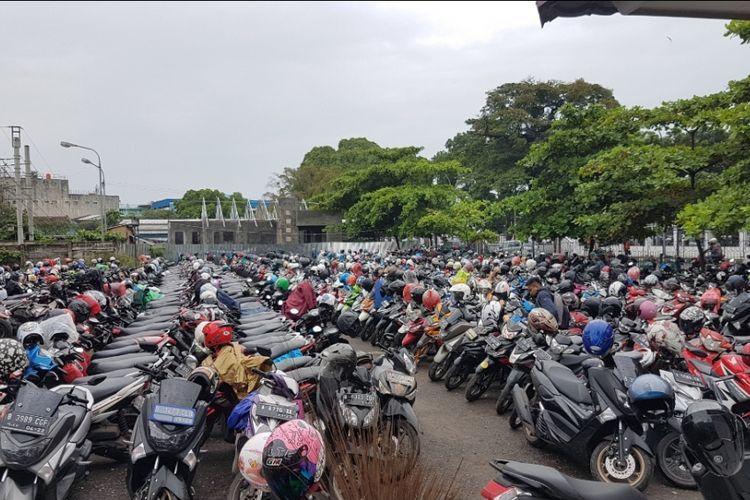 Tempat Parkir Stasiun Tangerang yang masih ramai setelah kenaikan tarif parkir, Rabu (6/3/2019)