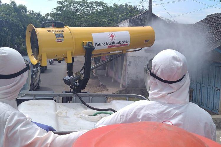 Relawan PMI Jember saat melakukan penyemprotan disinfektan di Desa Lengkong Kecamatan Mumbulsari Jember Kamis (22/7/2021)
