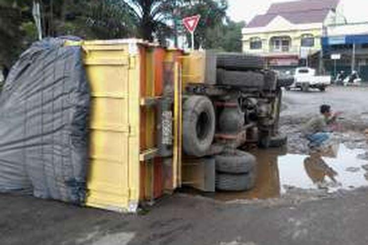 Kendaraan truk penuh muatan kain bahan pakaian dari Jakarta yujuan Palembang terbalik di dalam terminal timbangan Indralaya Ogan Ilir Senin
