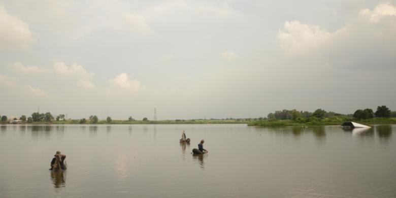 Nelayan memancing dengan ban di Situ Cibeureum, Tambun, Bekasi.