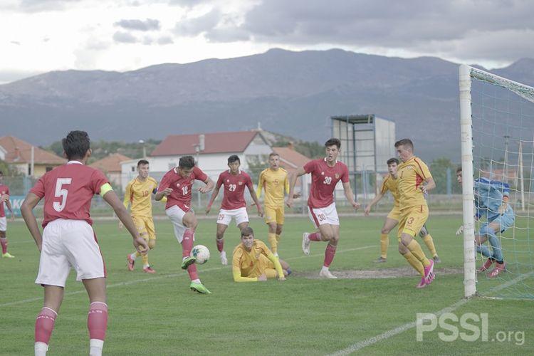 Penyerang timnas U19 Indonesia, Jack Brown, menyepak bola ke arah gawang Makedonia Utara dan berbuah gol pada Minggu (11/10/2020) malam WIB.