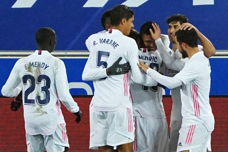 Para pemain Real Madrid merayakan gol dalam pertandingan Deportivo Alaves vs Real Madrid pada Liga Spanyol di Stadion Mendizorroza, Minggu (24/1/2021) dini hari WIB.