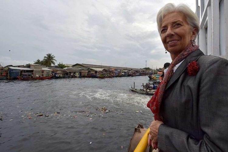 Managing Director International Monetary Fund (IMF) Christine Lagarde melihat Sungai Cilincing di Jakarta, Rabu (28/2/2018). Lagarde menyambangi Jakarta untuk menghadiri konferensi internasional tingkat tinggi sekaligus persiapan untuk pertemuan tahunan IMF dan Kelompok Bank Dunia yang akan diselenggarakan di Nusa Dua, Bali, Oktober mendatang.