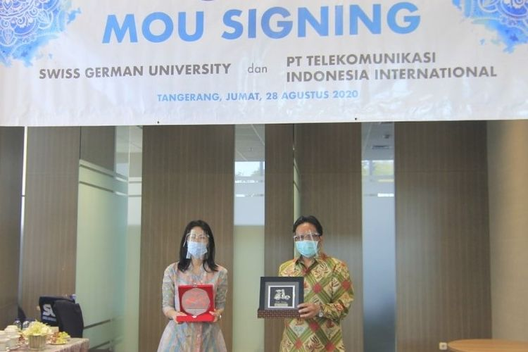 CEO Telin, Sukardi Silalahi (kanan) dan Rektor SGU, Dr. rer. nat. Filiana Santoso usai penandatanganan MoU pengembangan SDM kedua belah pihak sebagai bentuk kolaborasi Program Tri Dharma Perguruan Tinggi, di Tangerang, Jumat (28/08/2020).