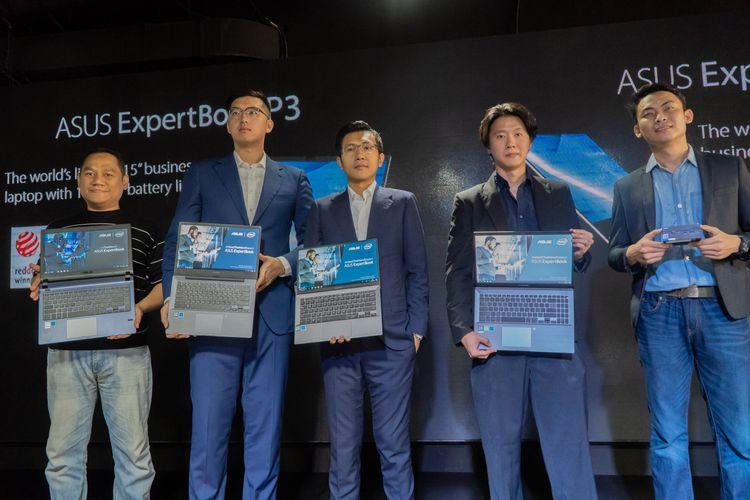 Jimmi Lin, ASUS South East Asia Regional Director, saat memamerkan laptop Asus Expert Series di sebuah acara di Jakarta, Kamis (29/8/2019).