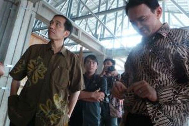 Gubernur DKI Jakarta Joko Widodo (kiri) dan Wakil Gubernur Basuki Tjahaja Purnama meninjau pembangunan kampung deret di Petogogan, Jakarta Selatan, Kamis (27/2/2014).