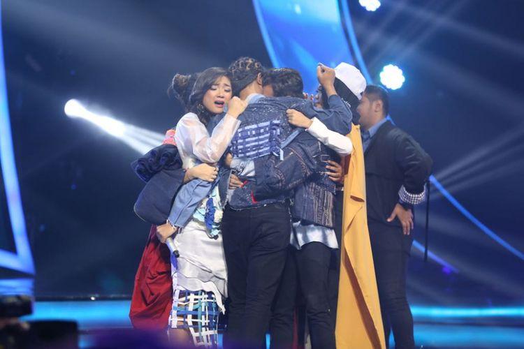 Kontestan Indonesian Idol 2018 saling berpelukan melepaskan kepergian Kevin di panggung Top 10 Indonesian Idol 2018 yang digelar di Studio 11, MNC Studios, Kebon Jeruk, Jakarta Barat, Selasa (13/2/2018).