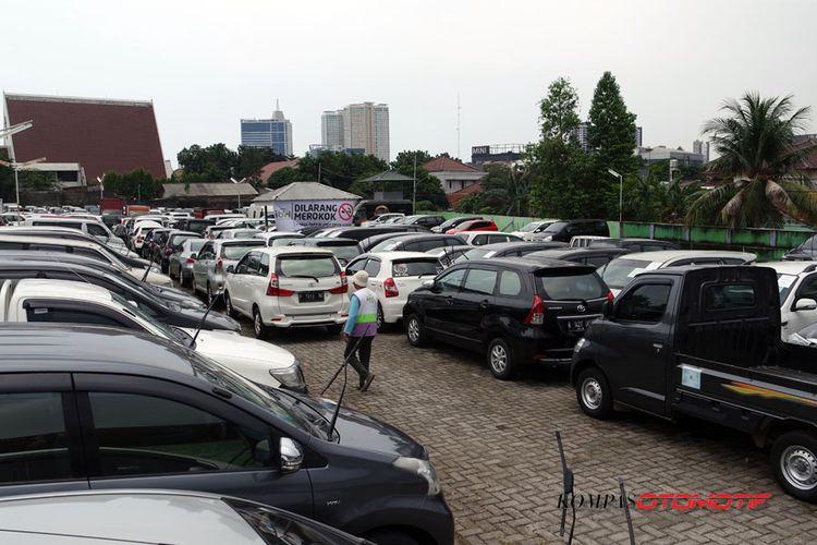 Mobil-mobil yang siap dilelang di Balai Lelang Ibid.