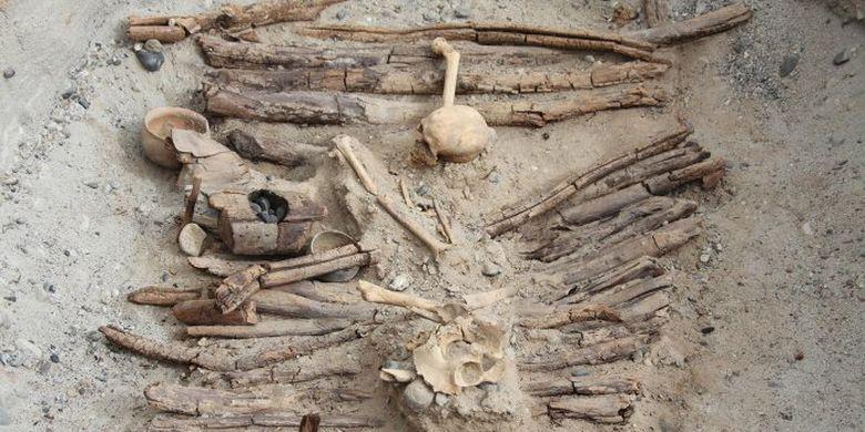 Salah satu anglo bekas pembakaran ganja ditemukan di situs kuburan kuno.