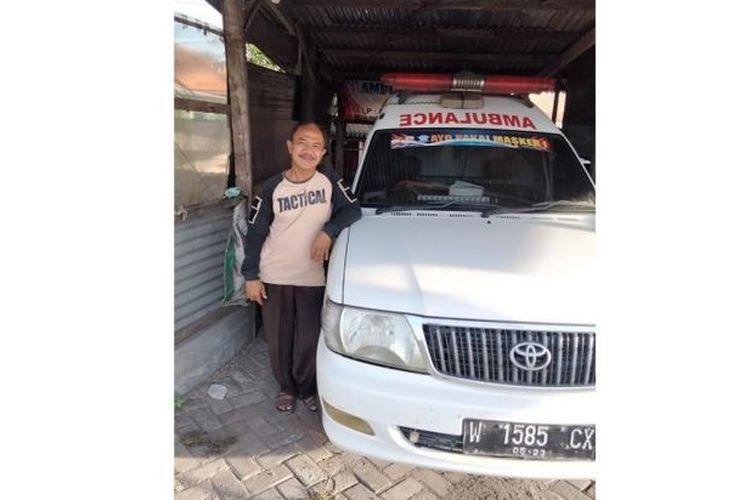 Relawan komunitas Info Lantas Sidoarjo, Sutoko, menjadi sopir ambulans untuk mengantar pasien Covid-19 ke rumah sakit di sekitaran Sidoarjo, Jawa Timur.