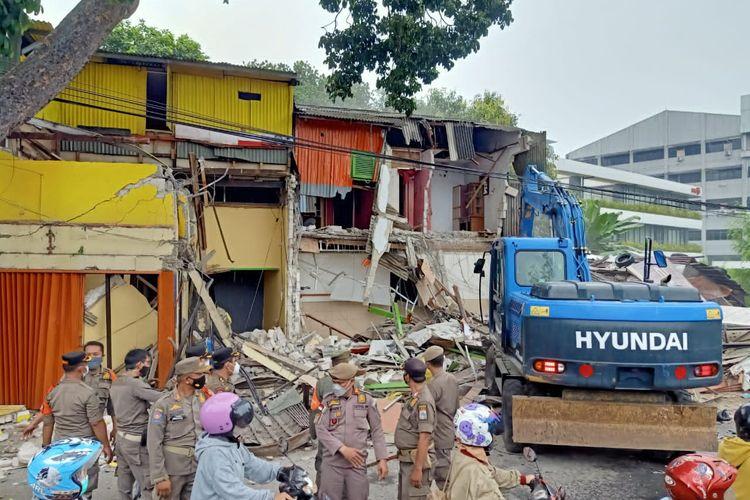 Pembongkaran bangunan Jalan Dr Soepomo, Menteng Dalam, Tebet, Jakarta Selatan, Selasa (30/3/2021).