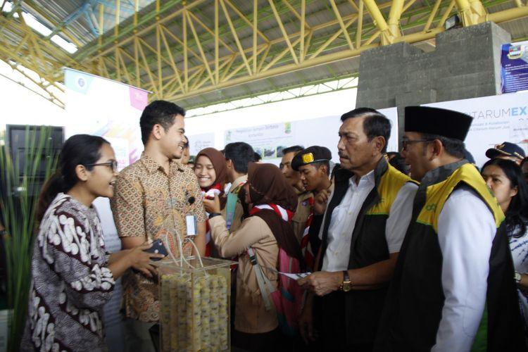 Menteri Koordinator Bidang Kemaritiman Luhut Binsar Pandjaitan dan Gubernur Jabar Ridwan Kamil saat meninjau stand LPPM-ITB dalam Citarum Expo 2019.
