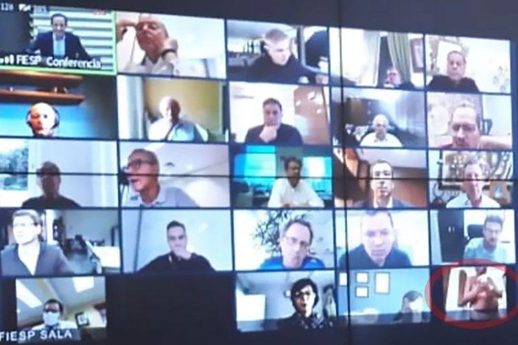 Tangkapan layar dalam pertemuan virtual via zoom antara federai industri di Sao Paulo dengan Presiden Brasil Jair Bolsonaro. Pertemuan itu menghasilkan insiden aneh di mana ada pria telanjang (lingkaran merah).