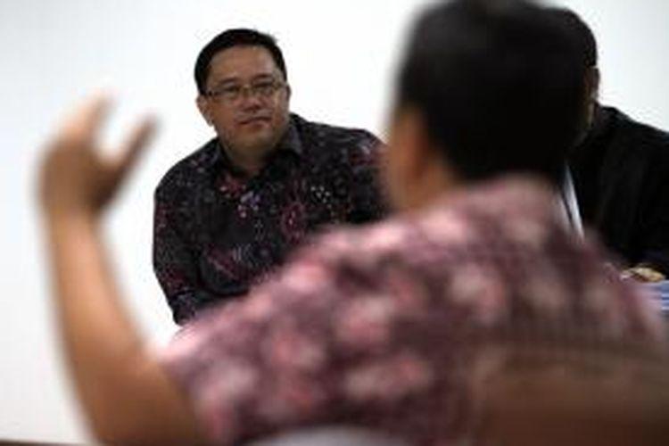 Direktur PT Citra Mandiri Metalindo Abadi Budi Susanto (kiri) mendengarkan kesaksian Sukotjo S Bambang dalam sidang yang digelar di Pengadilan Tindak Pidana Korupsi, Jakarta, Selasa (29/10/2013). Budi diduga terlibat dalam kasus dugaan korupsi pengadaan alat simulator SIM di Korlantas Polri tahun 2011, yang juga melibatkan mantan Kakorlantas Irjen Pol Djoko Susilo.