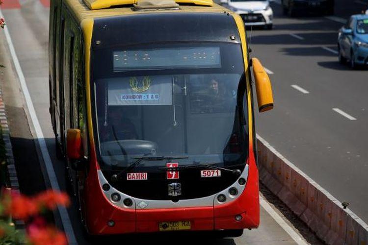 Bus transjakarta melintas di stasiun bank indonesia di Jalan MH Thamrin, Jakarta Pusat, Sabtu (19/11/2016).