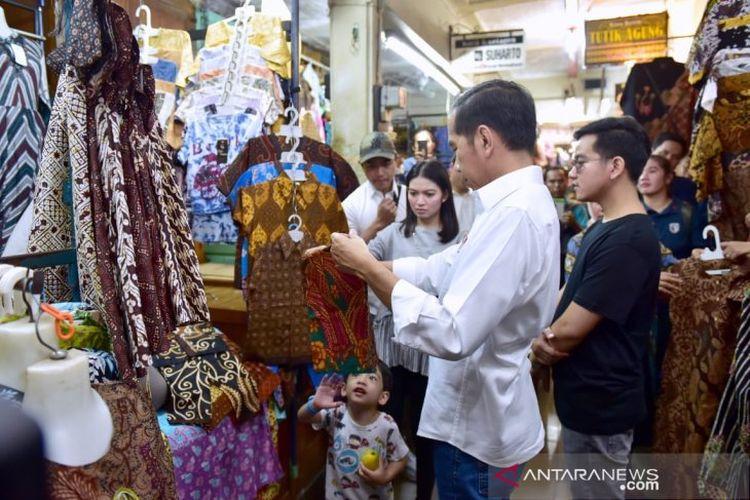 Presiden Joko Widodo memilih batik saat bersama Ibu Negara Iriana Joko Widodo dan keluarga mengunjungi Pasar Beringharjo, Yogyakarta, Sabtu (8/6/2019) (Biro Pers Setpres RI)