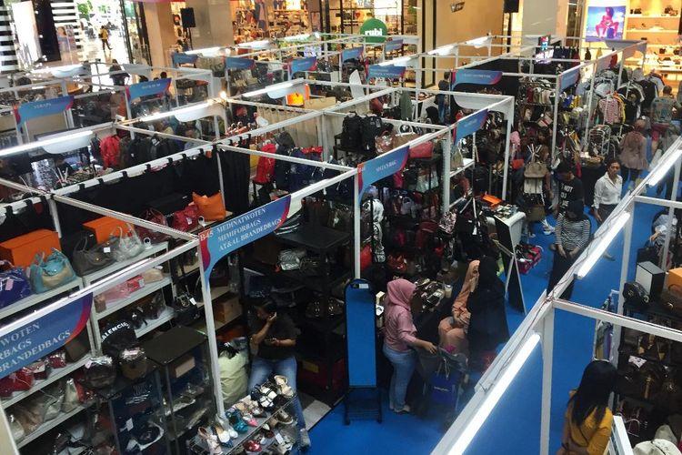 Bazaar barang-barang fashion preloved Irresistible Bazaar ke-17 di mal Gandaria City Jakarta.