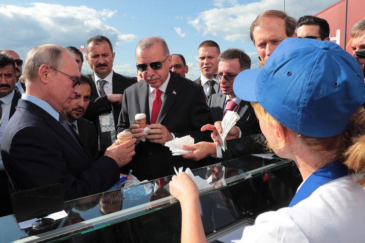 Gambar yang dirilis oleh Kantor Kepresidenan Turki pada 27 Agustus 2019 memperlihatkan Presiden Turki Recep Tayyip Erdogan bersama Presiden Rusia Vladimir Putin mampir membeli es krim di sela kunjungan Erdogan ke pameran kedirgantaraan MAKS-2019 di Zhukovksy, pinggiran Moskwa.