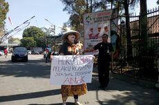 Hari Anak, Ibu Ini Demo Seorang Diri Tuntut Hukum Mati Pelaku Kejahatan Anak