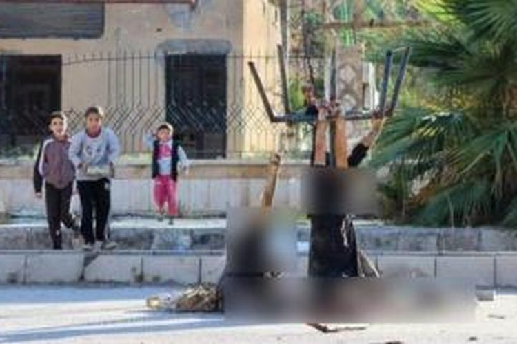 Inilah foto yang menyebar di dunia maya menampilkan sejumlah anak-anak Suriah di provinsi Deir el-Zhor bermain di sekitar tiga jasad pria yang terpenggal. Ketiga orang itu diyakini telah dieksekusi ISIS.