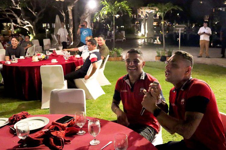 Pemain Madura United, Jaimerson Xavier (kanan) dan Alberto Goncalves (kiri) nyanyi bersama saat gathering bersama manajemen di Bali, Sabtu (21/12/2020) malam.