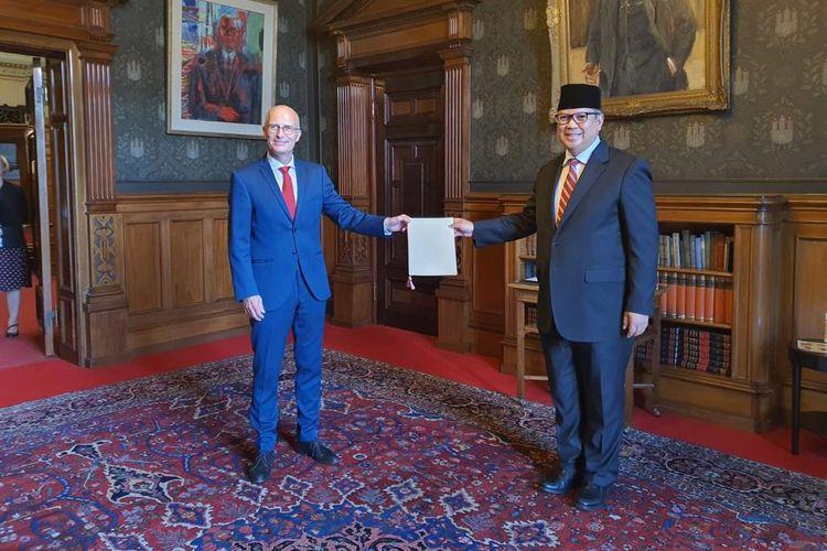 Penyerahan Exequatur oleh Wali kota Hamburg kepada Konsul Jenderal RI Hamburg