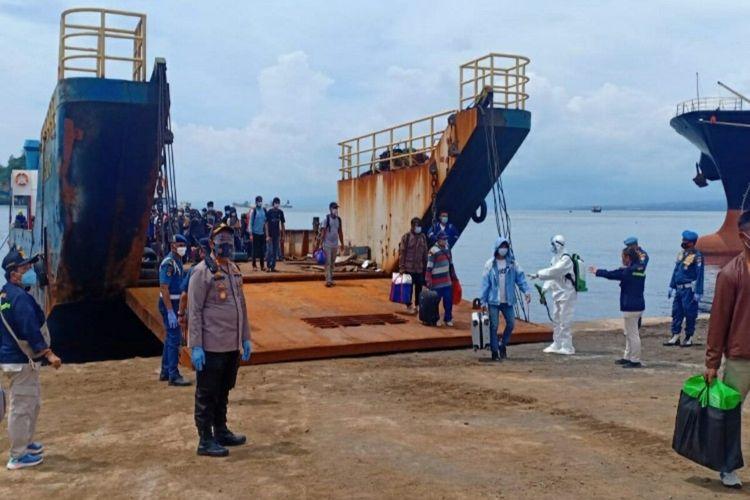 Aparat Kepolisian bersama stakeholder terkait lainnya melaksanakan pengamanan dan evakuasi kepulangan 157 ABK WNI termasuk 2 jenasah dari Kapal Long Xing yang bersandar di Dermaga LCT Pelabuhan Bitung, Sabtu (7/11/2020).