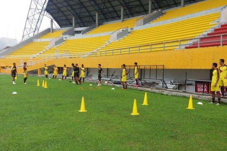 Skuat Sriwijaya FC melakukan latihan pagi di stadion gelora Sriwijaya Jakabaring (24/1)