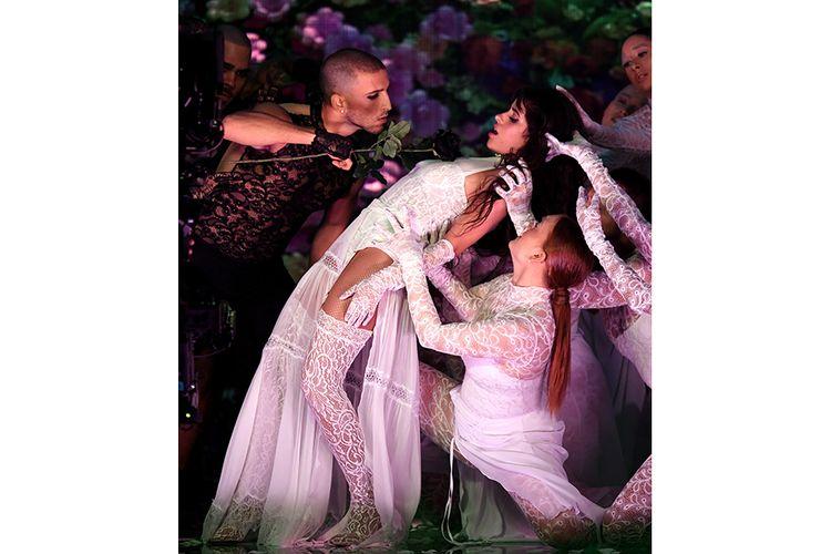 Camila Cabello (kanan) tampil dalam American Music Awards (AMAs) 2019 di Microsoft Theater, LA, AS, Minggu (24/11/2019) waktu setempat. Selain pembacaan pemenang nominasi, ajang penghargaan tahunan yang kembali dihelat untuk ke-47 kalinya itu juga diisi dengan penampilan istimewa sejumlah musisi papan atas dunia.