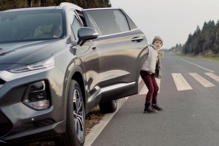 Ilustrasi fitur Safe Exit Assist Hyundai New Santa Fe Menggunakan Perangkat Electronic Child Seat.