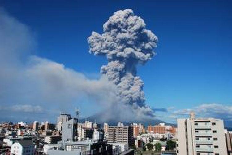 Gunung Sakurajima, dekat kota Kagoshima, Jepang, meletus Minggu (18/8/2013) siang menyemburkan abu hingga ketinggian 5.000 meter ke udara. Akibatnya, sebagian besar wilayah kota Kagoshima diselimuti abu.