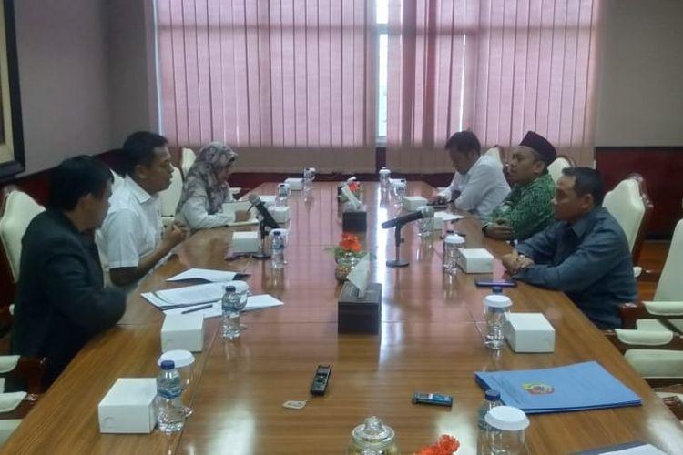 pimpinan DPRD Jember bersama Panitia hak angket saat presentasi temuan pada BPK wilayah Jatim