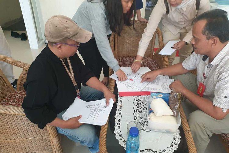 Aktivis Pusaka Sudarto (pakai topi) diperiksa polisi, Selasa (7/1/2020) di Polda Sumbar