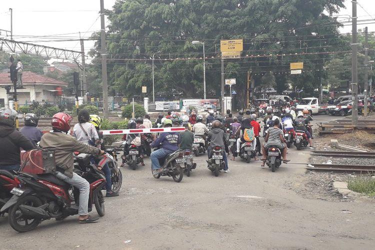 Suasana di perlintasan KA 66 dekat Stasiun Cakung, Jakarta Timur, Rabu (10/4/2019).