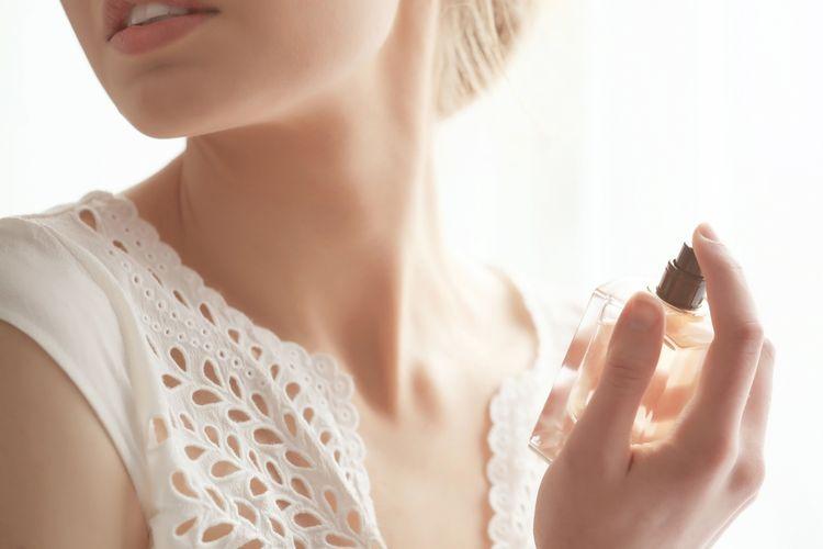 Ilustrasi parfum, menyemprotkan parfum.