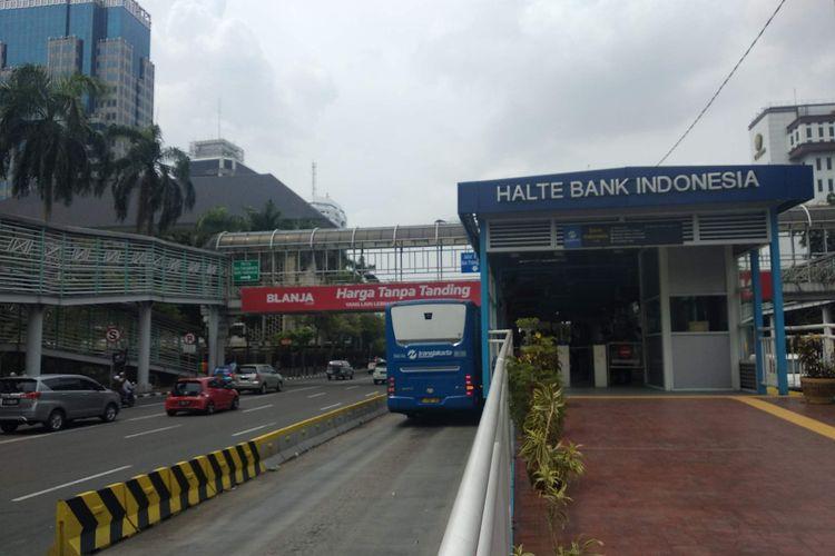 Bus berhenti di Halte Bank Indonesia akibat adanya aksi 211 di Patung Kuda, Jakarta Pusat, Jumat (2/11/2018).