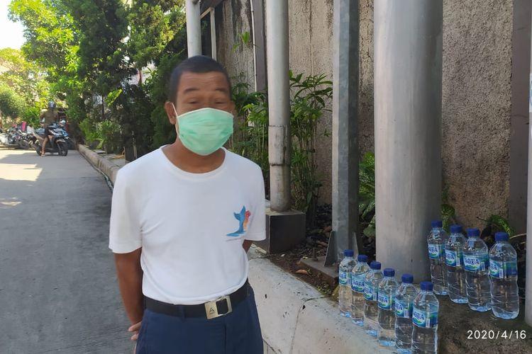 Teguh (55) berjualan air mineral di SPBU Jalan Warung Jati No 28 Jakarta Selatan, Kamis (16/4/2020)