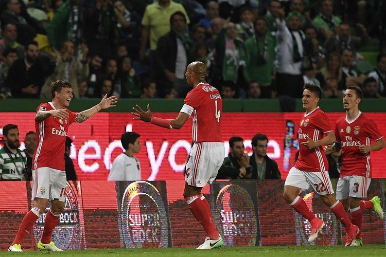 Victor Lindelof (kiri) sewaktu masih di Benfica dengan Luisao saat merayakan tim mencetak gol penyeimbang selama pertandingan sepakbola liga Sporting CP vs SL Benfica di stadion Alvalade di Lisbon pada 22 April 2017.