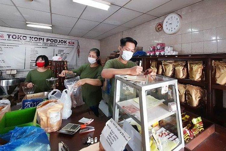 Toko Kopi Podjok di Pasar Gede, Solo, Jawa Tengah.