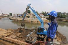 SDA Jakpus Keruk Kanal Banjir Barat Antisipasi Musim Hujan