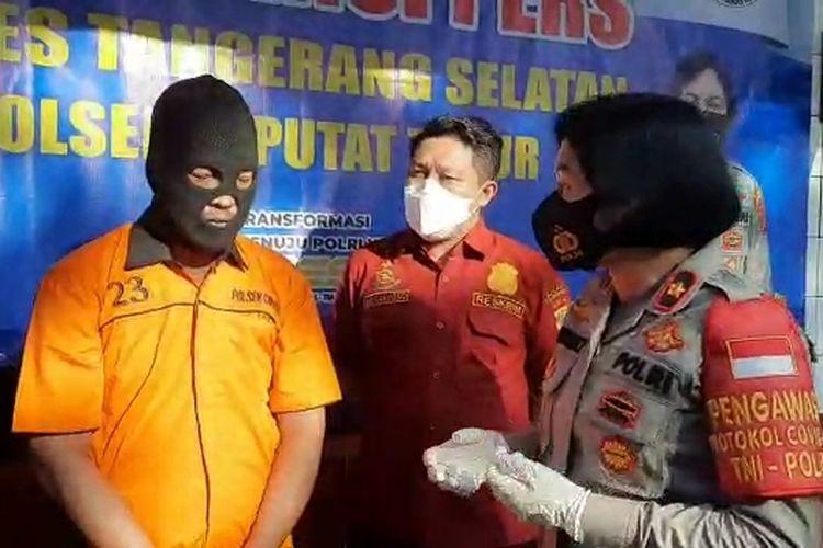 Kapolsek Ciputat Timur Kompol Jun Nurhadia saat berinteraksi dengan MDS (44), pria yang ancam kurir dengan pedang di Ciputat, Kamis (27/5/2021).