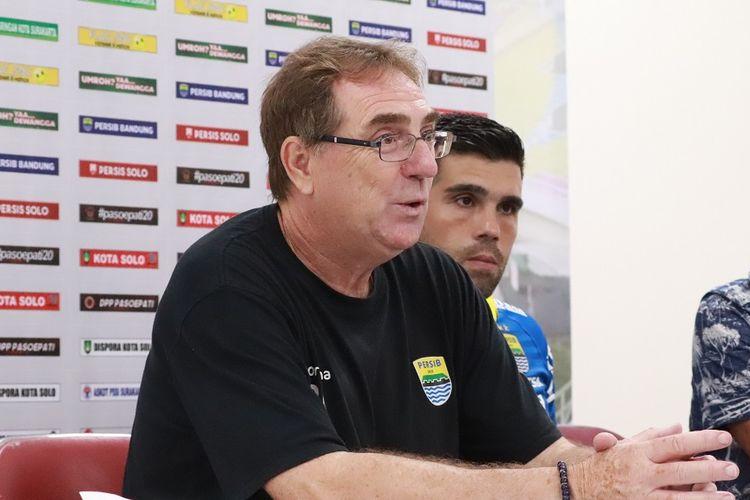 Pelatih Persib Bandung, Robert Rene Alberts, menjawab pertanyaan awak media di Stadion Manahan, Solo, Sabtu (15/2/2020)