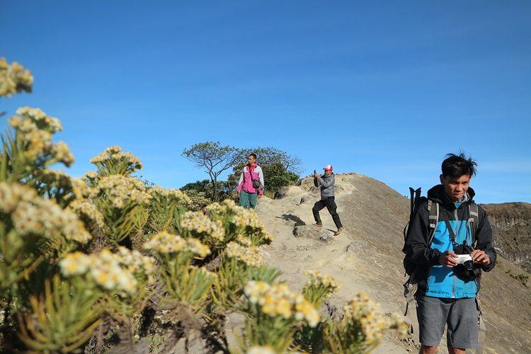 Pendaki berfoto di area puncak Gunung Ciremai, Jawa Barat. Gunung Ciremai merupakan gunung tertinggi di Jawa Barat yang memiliki ketinggian 3.078 meter di atas permukaan laut (mdpl).