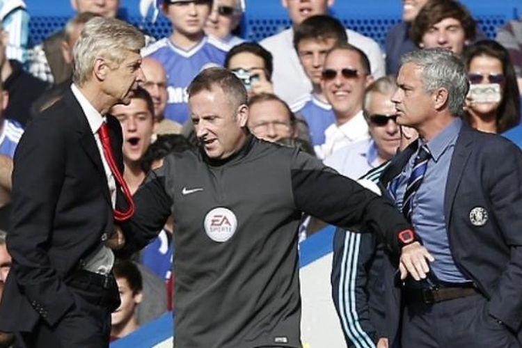 Manajer Arsenal, Arsene Wenger (kiri) dan Manajer Chelsea, Jose Mourinho (kanan), terlibat friksi pada laga Premier League di Stadion Stamford Bridge, London, Minggu (5/10/2014).