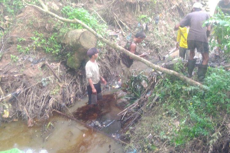 Hingga hari keempat warga kebun duren masih melakukan upaya pembersihan aliran sungai di dekat lingkungan rumah mereka yang tercemar limbah minyak dari pipa pertamina yang bocor minggu malam lalu