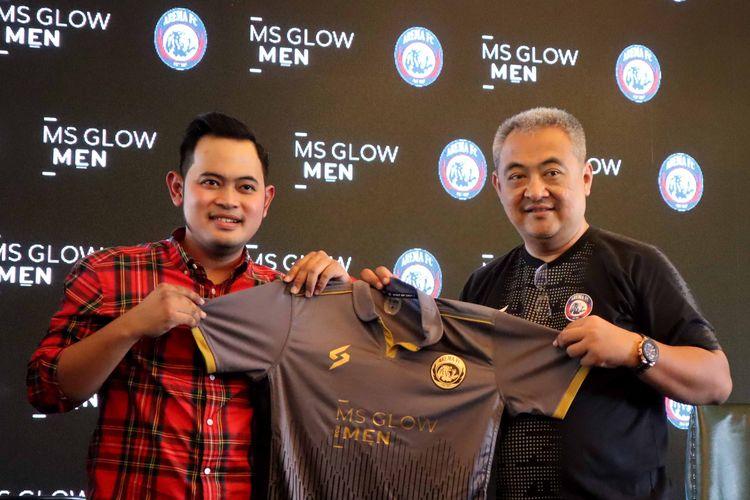 CO Founders MS Glow Gilang Widya Pramana dan General Manajer Arema FC Ruddy Widodo saat preskon sponsor baru produk skincare untuk musim Liga 1 2020 di Loteng Resto Malang, Jawa Timur, Sabtu (22/02/2020) siang.