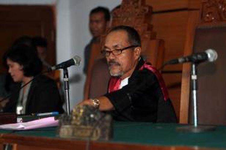 Hakim Sarpin Rizaldi hendak memimpin sidang perdana praperadilan penetapan Budi Gunawan sebagai tersangka pemilik rekening mencurigakan oleh KPK di Pengadilan Negeri Jakarta Selatan, Senin (2/2/2015). Sidang tersebut ditunda sampai minggu depan karena ketidakhadiran pihak tergugat.