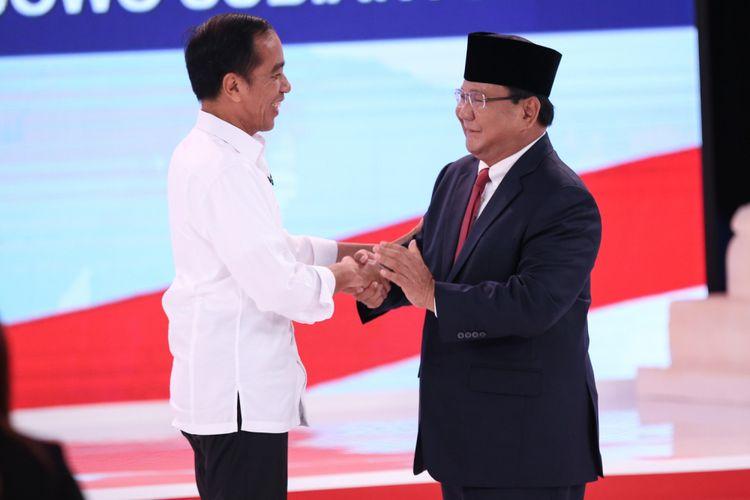 Calon Presiden Nomor Urut 01, Joko Widodo (kiri) dan no urut 02, Prabowo Subianto bersalaman usai Debat Kedua Pemilihan Presiden (Pilpres) 2019 di Hotel Sultan, Jakarta, Minggu (17/2/2019).