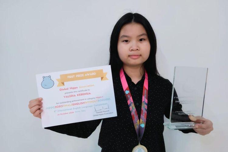 Kerensia Valeria (12), siswi SMP Tunas Bangsa, Kota Pontianak, Kalimantan Barat (Kalbar), berhasil meraih medali emas dalam Olimpiade Bahasa Inggris di Italia.