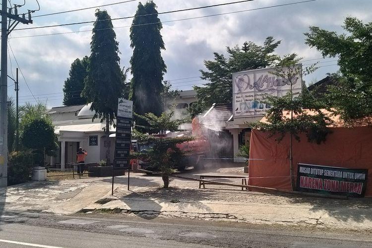 Petugas BPBD Kabupaten Wonogiri menyemprot disenfektan halaman depan Pondok Sempon, Desae Pandeyan, Kecamatan Jatisrono, Kabupaten Wonogiri, Senin (20/7/2020) siang.